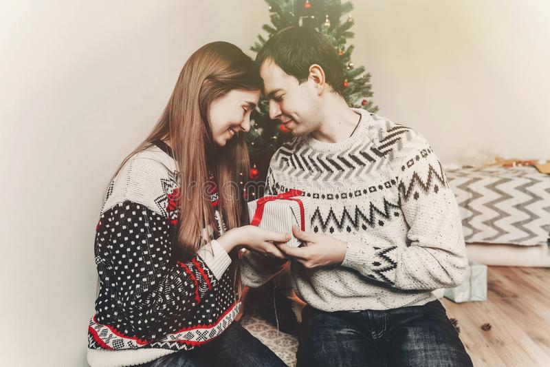 Conceito do Feliz Natal e do ano novo feliz golpe à moda do moderno fotografia de stock
