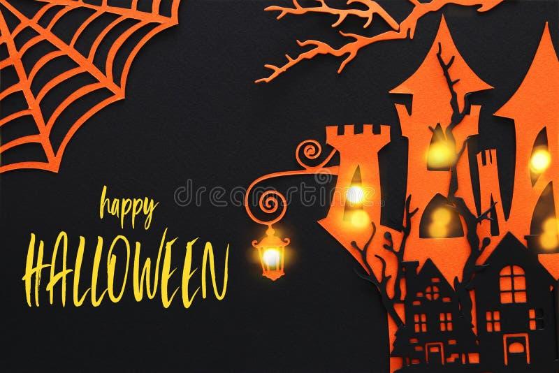 Conceito do feriado de Dia das Bruxas casa assombrada da bruxa sobre o fundo preto Vista superior, configuração lisa fotografia de stock royalty free