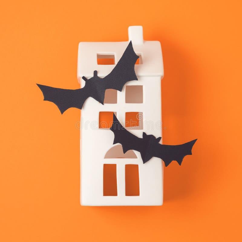Conceito do feriado de Dia das Bruxas com a decoração assombrada da casa imagens de stock royalty free