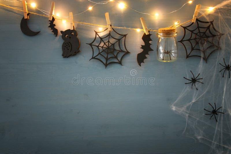 Conceito do feriado de Dia das Bruxas Masson range com aranhas, banhos e as decorações de madeira fotos de stock royalty free