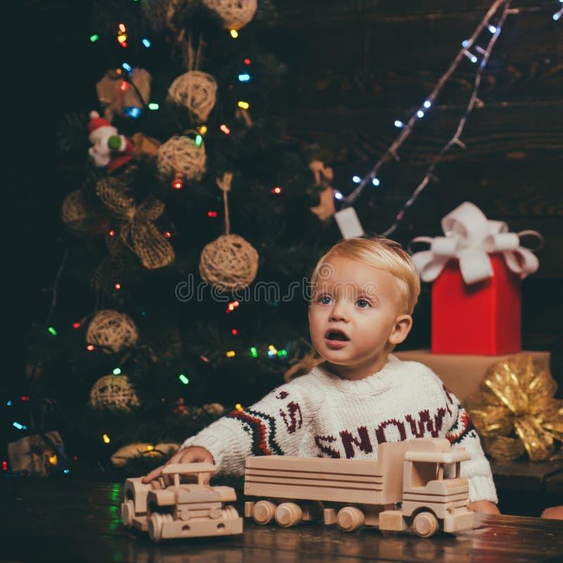 Conceito do feriado de inverno do Xmas do Natal Feliz Natal Crianças felizes bebês hildren o presente Conceito da história do Nat imagens de stock royalty free