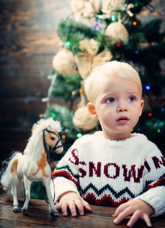 Conceito do feriado de inverno do Xmas do Natal A manhã antes do Xmas Natal das crianças Feliz Natal e ano novo feliz imagem de stock