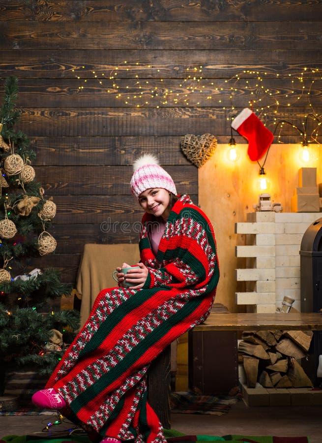 Conceito do feriado de inverno do Xmas do Natal inverno que nivela em casa Adolescente do Natal - conceito da felicidade Árvore d foto de stock
