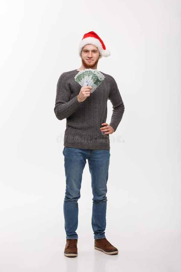 Conceito do feriado - homem novo da barba na camiseta que mostra o dinheiro à câmera imagens de stock royalty free