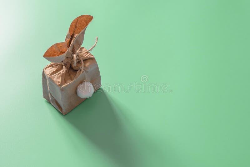 Conceito do fundo da P?scoa da decora??o do tiro da vista superior Saco de papel colocado liso do minimalismo o mesmo coelho ou c imagens de stock royalty free