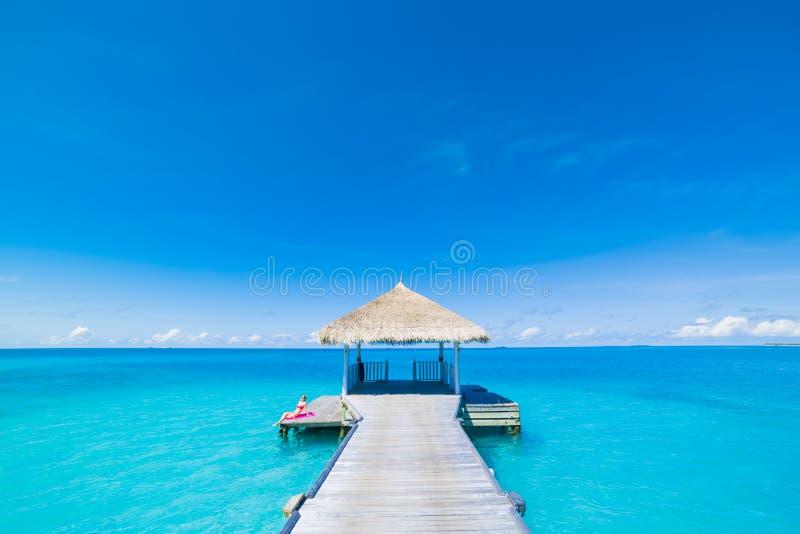 Conceito do fundo do curso do feriado das férias do turismo da praia do verão Pares românticos de relaxamento da família idílico  fotografia de stock