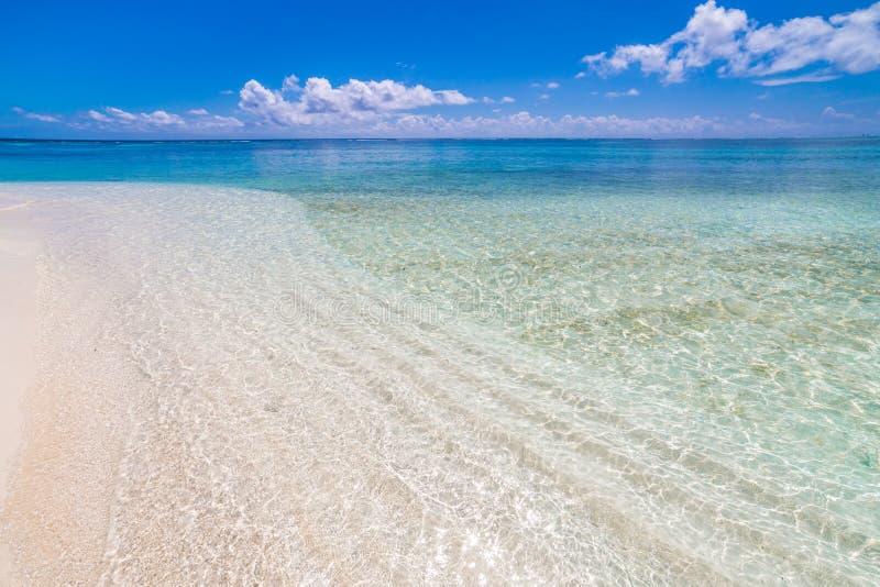Conceito do fundo do curso do feriado das férias do turismo da praia do verão Pares românticos de relaxamento da família idílico  imagem de stock royalty free
