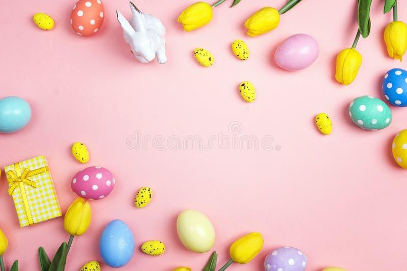 Conceito do fundo do feriado da Páscoa da vista superior Ovos coloridos, coelho fotos de stock
