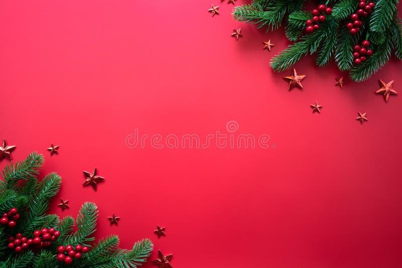 Conceito do fundo do Natal Vista superior da árvore de Natal com ramos do abeto vermelho, cones do pinho, as bagas vermelhas e a  foto de stock royalty free