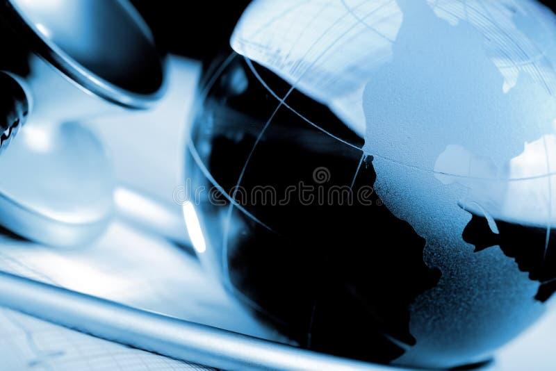 Conceito do globo e do estetoscópio da saúde internacional imagens de stock royalty free