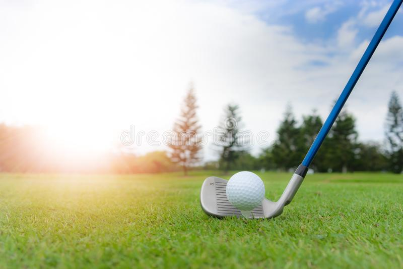 Conceito do golfe: A bola de golfe no campo de golfe, um ferro 8 estabelece-se para o fá foto de stock