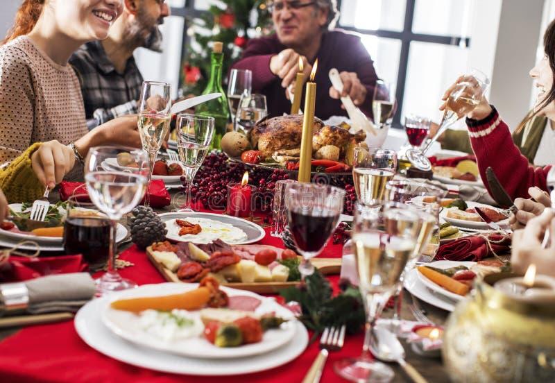Conceito do grupo do jantar do ano novo do Natal imagens de stock