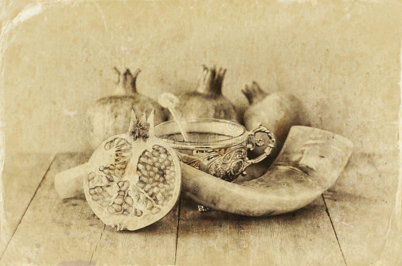 Conceito do hashanah de Rosh (feriado do jewesh) - shofar, mel, maçã e romã sobre a tabela de madeira símbolos tradicionais do fe imagem de stock royalty free