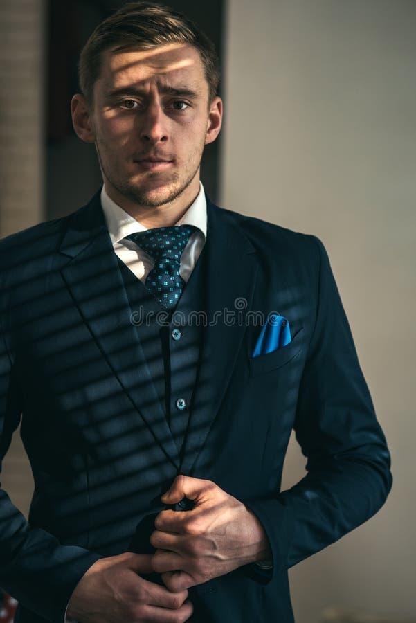 Conceito do homem de negócios Homem de negócios confiável Homem de negócios novo no vestuário formal Homem de negócios bem sucedi imagens de stock