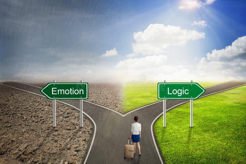 Conceito do homem de negócios, estrada da emoção ou da lógica à maneira correta foto de stock royalty free