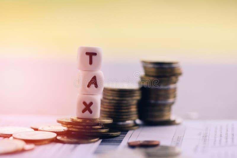 Conceito do imposto e moedas empilhadas no papel da conta da fatura para o pagamento pago de enchimento do débito do imposto do t fotos de stock