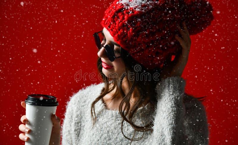 Conceito do inverno, dos povos, da felicidade, da bebida e do fast food - mulher no chapéu com o copo afastado do chá ou de café imagens de stock