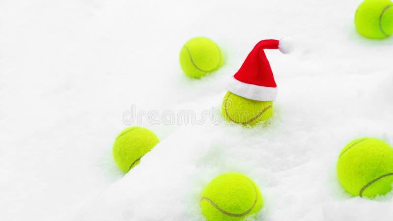 Conceito do inverno do t?nis com as bolas de t?nis na neve branca imagens de stock