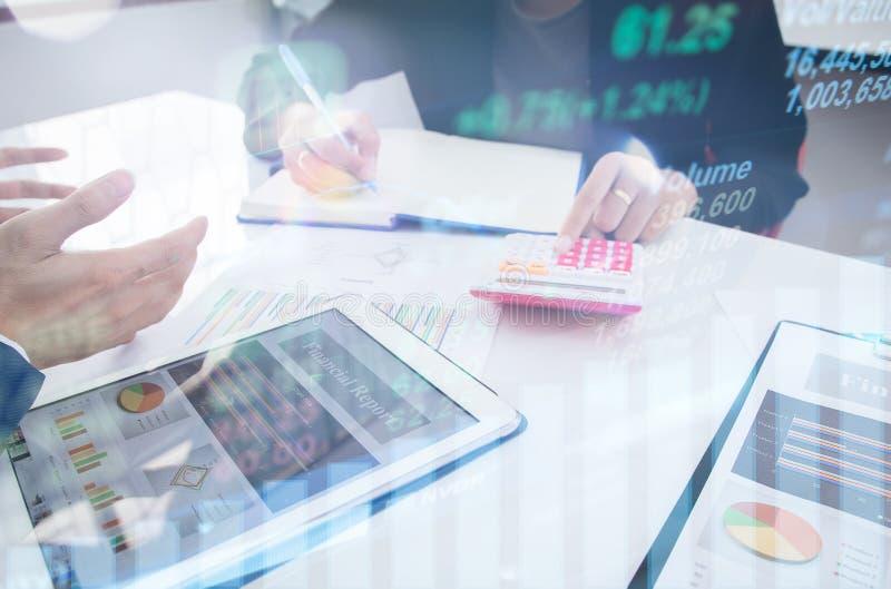 Conceito do investimento da estratégia empresarial: Dois colegas executivos seguros do homem de negócios que encontram-se e que d imagens de stock
