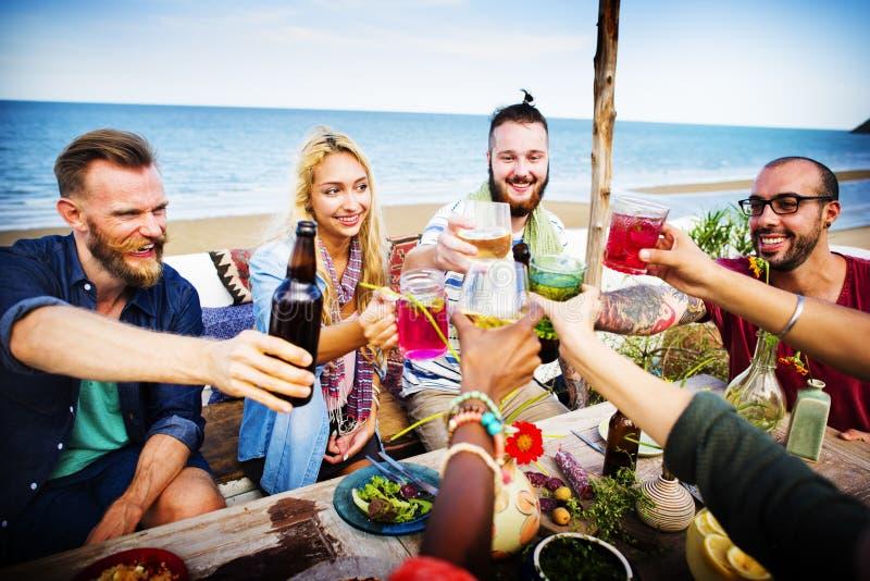 Conceito do jantar do divertimento do verão da amizade da celebração dos elogios da praia fotos de stock