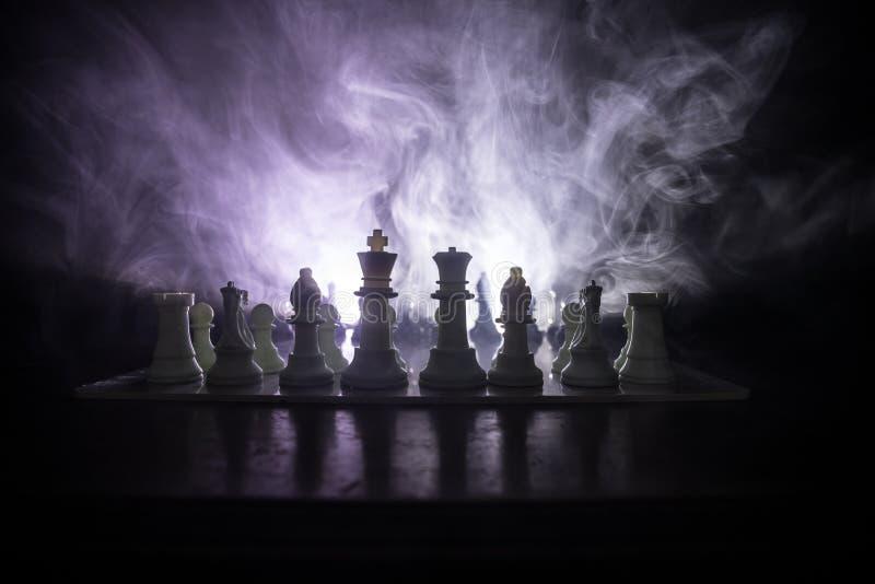 Conceito do jogo de mesa da xadrez do conceito das ideias do negócio e das ideias da competição ou da estratégia A xadrez figura  fotografia de stock royalty free