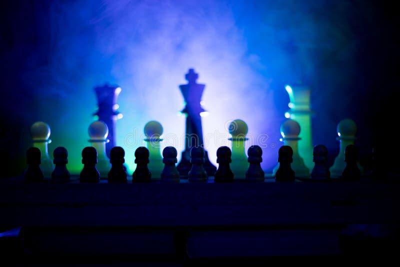 Conceito do jogo de mesa da xadrez do conceito das ideias do negócio e das ideias da competição ou da estratégia A xadrez figura  fotos de stock