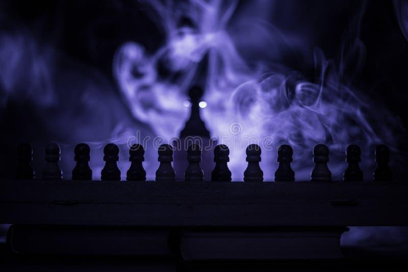 Conceito do jogo de mesa da xadrez do conceito das ideias do negócio e das ideias da competição ou da estratégia A xadrez figura  foto de stock royalty free