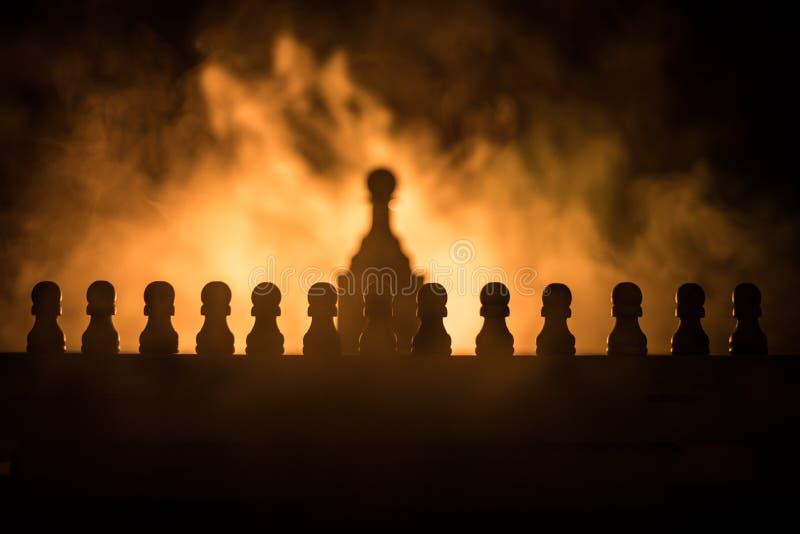 Conceito do jogo de mesa da xadrez do conceito das ideias do negócio e das ideias da competição ou da estratégia A xadrez figura  imagem de stock royalty free