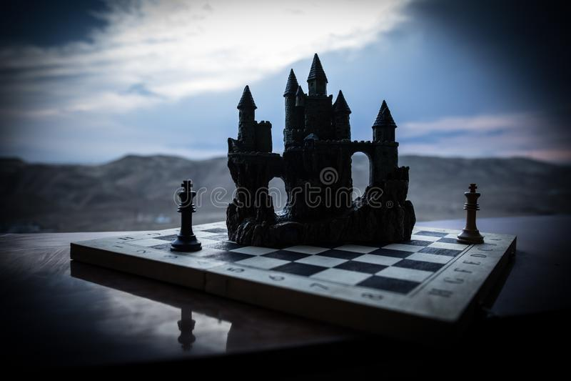 Conceito do jogo de mesa da xadrez de ideias e de competi??o do neg?cio Figuras da xadrez em um tabuleiro de xadrez Fundo exterio fotos de stock royalty free