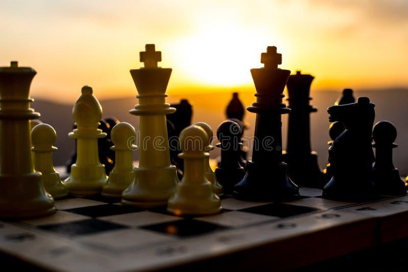 conceito do jogo de mesa da xadrez de ideias do negócio e de ideias da competição e da estratégia A xadrez figura em um backgr ex imagem de stock