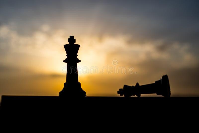 conceito do jogo de mesa da xadrez de ideias do negócio e de ideias da competição e da estratégia A xadrez figura em um backgr ex fotografia de stock