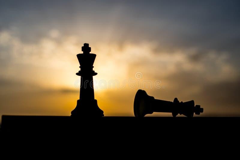 conceito do jogo de mesa da xadrez de ideias do negócio e de ideias da competição e da estratégia A xadrez figura em um backgr ex imagens de stock royalty free