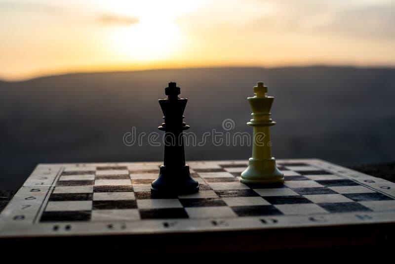conceito do jogo de mesa da xadrez de ideias do negócio e de ideias da competição e da estratégia A xadrez figura em um backgr ex fotografia de stock royalty free