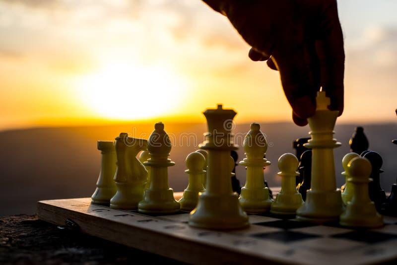 conceito do jogo de mesa da xadrez de ideias do negócio e de ideias da competição e da estratégia A xadrez figura em um backgr ex imagens de stock