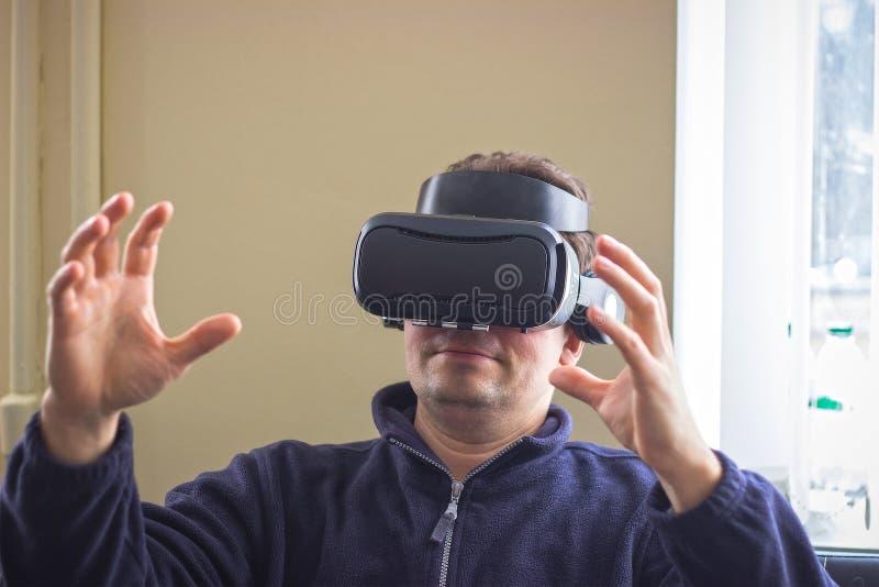Conceito do jogo, do entretenimento e dos povos - homem superior com os auriculares ou os vidros 3d virtuais que jogam o videogam fotografia de stock royalty free