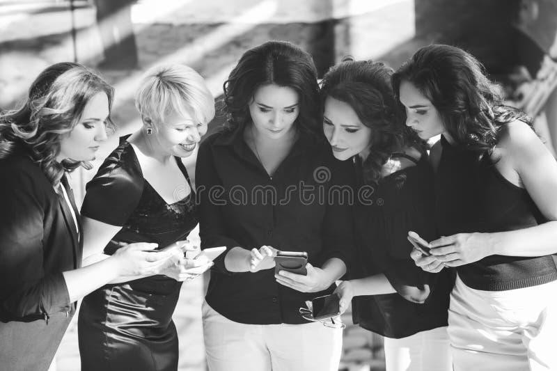 Conceito do lazer do telefone das mulheres de negócio do escritório foto de stock