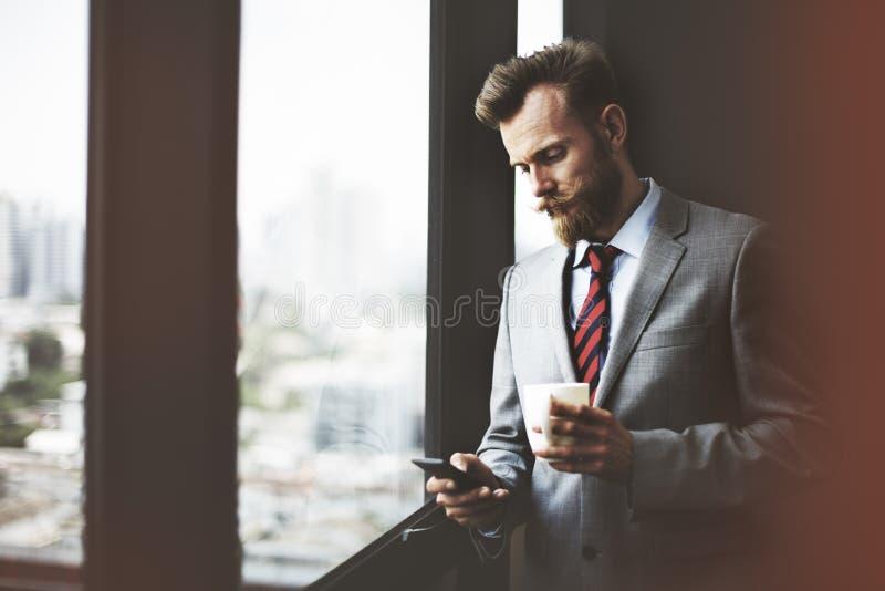 Conceito do local de trabalho de Coffee Break Working do homem de negócios fotografia de stock