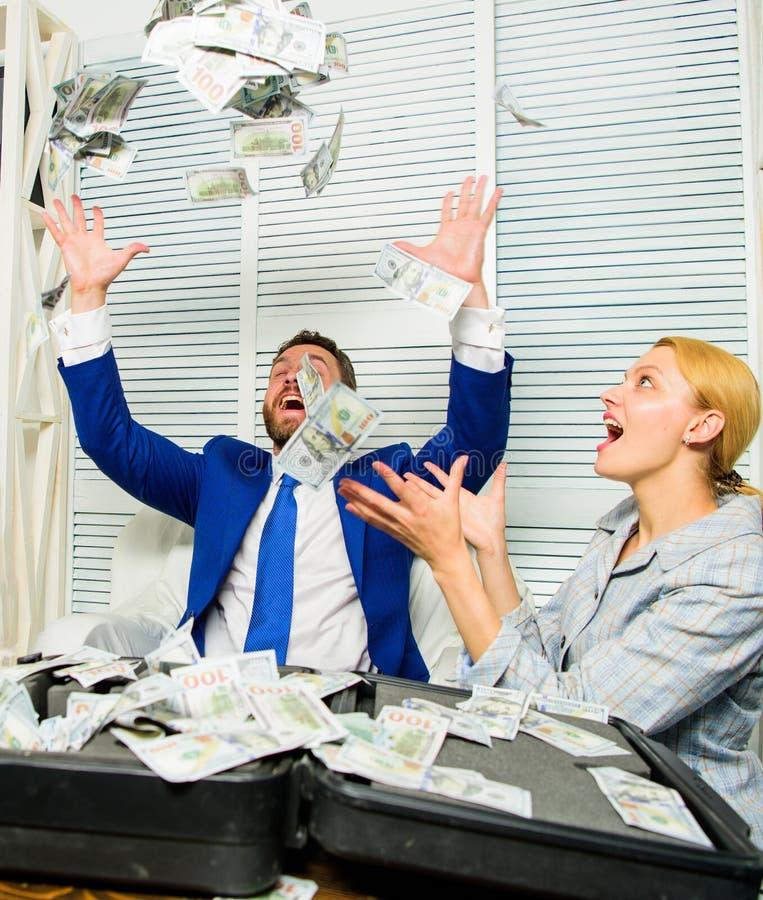 Conceito do lucro e da riqueza Comemore o lucro Pontas fáceis do negócio do lucro Lance feliz alegre dos colegas do homem e da mu imagens de stock royalty free