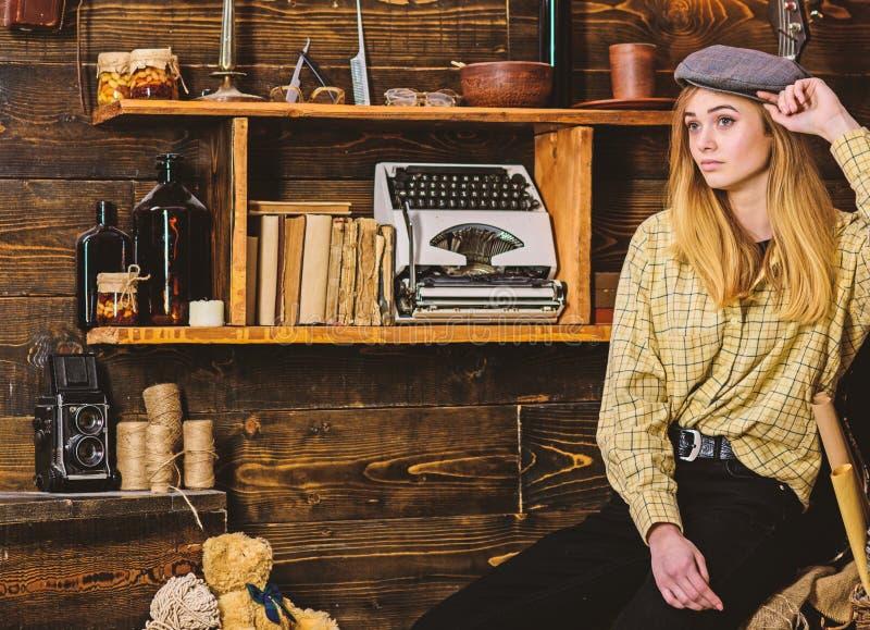 Conceito do marimacho O marimacho da menina passa o tempo na casa da guarda florestal A senhora na cara calma na roupa da manta o fotos de stock