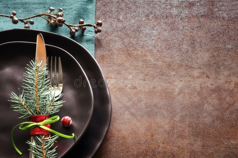Conceito do menu do Natal com as placas pretas e a cutelaria decoradas imagens de stock