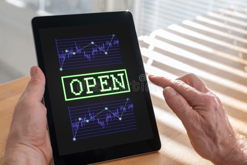Conceito do mercado de valores de ação aberta em uma tabuleta fotos de stock royalty free