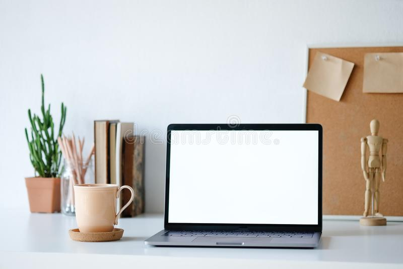 Conceito do modelo do local de trabalho Laptop da decoração da casa do modelo do foco seletivo e objeto do escritório com espaço  fotos de stock royalty free
