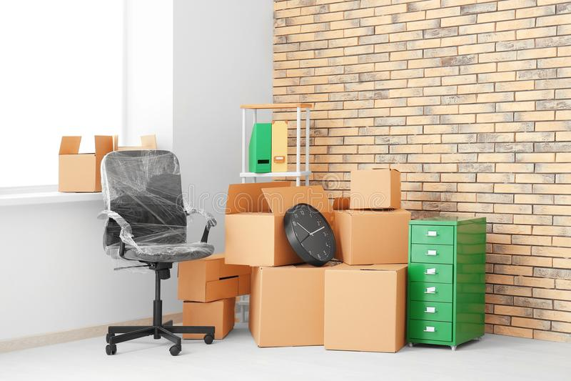 Conceito do movimento do escritório Caixas e mobília da caixa imagens de stock royalty free