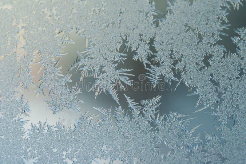 Conceito do mundo de fantasia da estação de feriados do inverno: Imagem macro de testes padrões de Frosty Window Glass Natural Ic fotos de stock royalty free