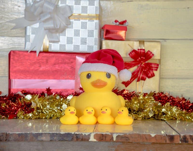Conceito do Natal, chapéu amarelo de borracha de Papai Noel do desgaste do pato fotos de stock