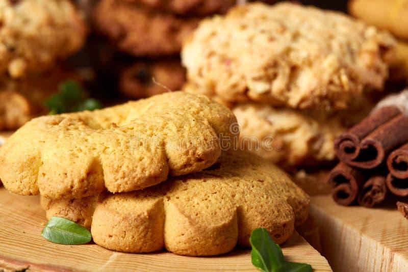 Conceito do Natal com a variedade das cookies e das decorações em um log sobre o fundo de madeira, foco seletivo imagem de stock royalty free