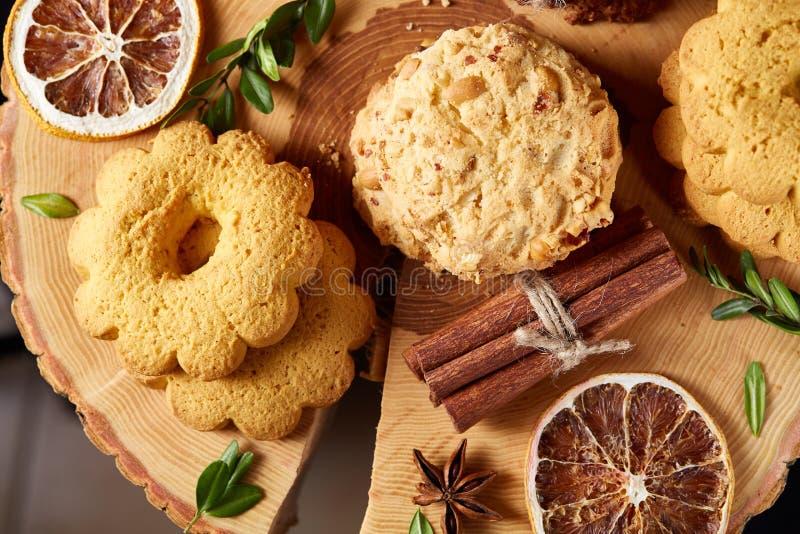 Conceito do Natal com a variedade das cookies e das decorações em um log sobre o fundo de madeira, foco seletivo fotos de stock royalty free
