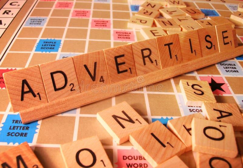 Conceito do negócio - anuncie a palavra do Scrabble imagens de stock