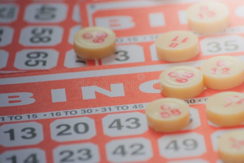 Conceito do neg?cio: Cart?o vermelho do bingo com a microplaqueta vermelha no estilo do vintage foto de stock