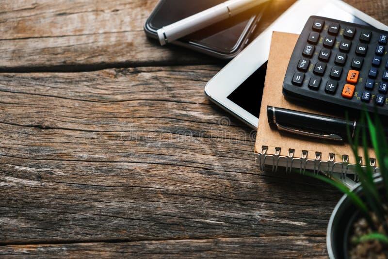 Conceito do negócio com agenda, livro de nota do telefone celular e calculadora imagens de stock